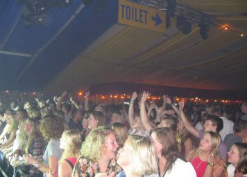 TB music in de grote tent